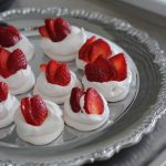 vegan-meringues-cream-strawberries
